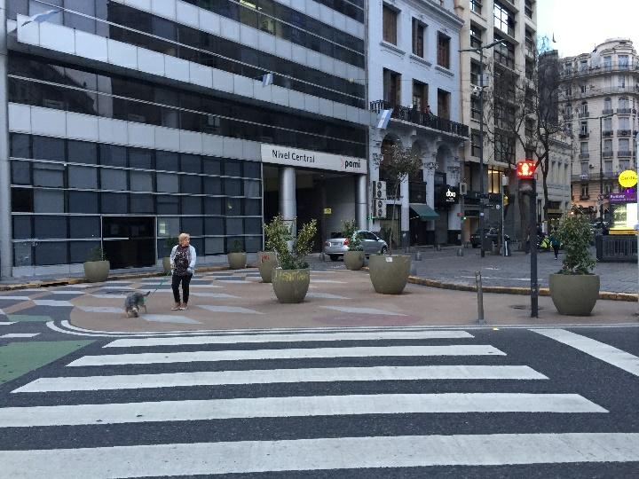 Re-planejamento Das Ruas Com Uma Significativa Expansão Das Calçadas, Com Cruzamentos Mais Curtos, Ciclovia Conectada De Ponto A Ponto Nos Cruzamentos.