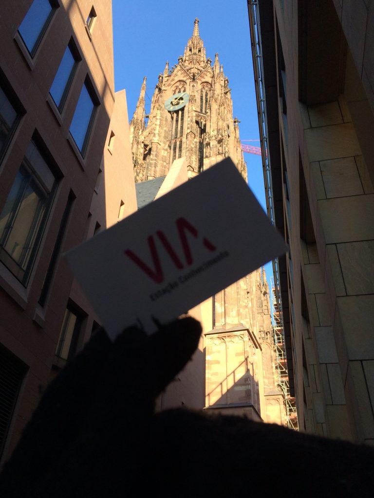 Sofreu o grande incêndio durante a segunda guerra mundial., portanto, a igreja já por restaurações. Site oficial: http://www.dom-frankfurt.de/dom/kaiserdom-frankfurt -