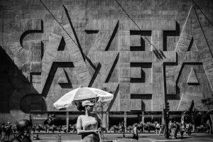 É possível observar a ciclofaixa bem como pessoas ocupando a Avenida Paulista.