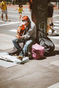 As calçadas da Paulista são tomadas por apresentações musicais e teatrais.