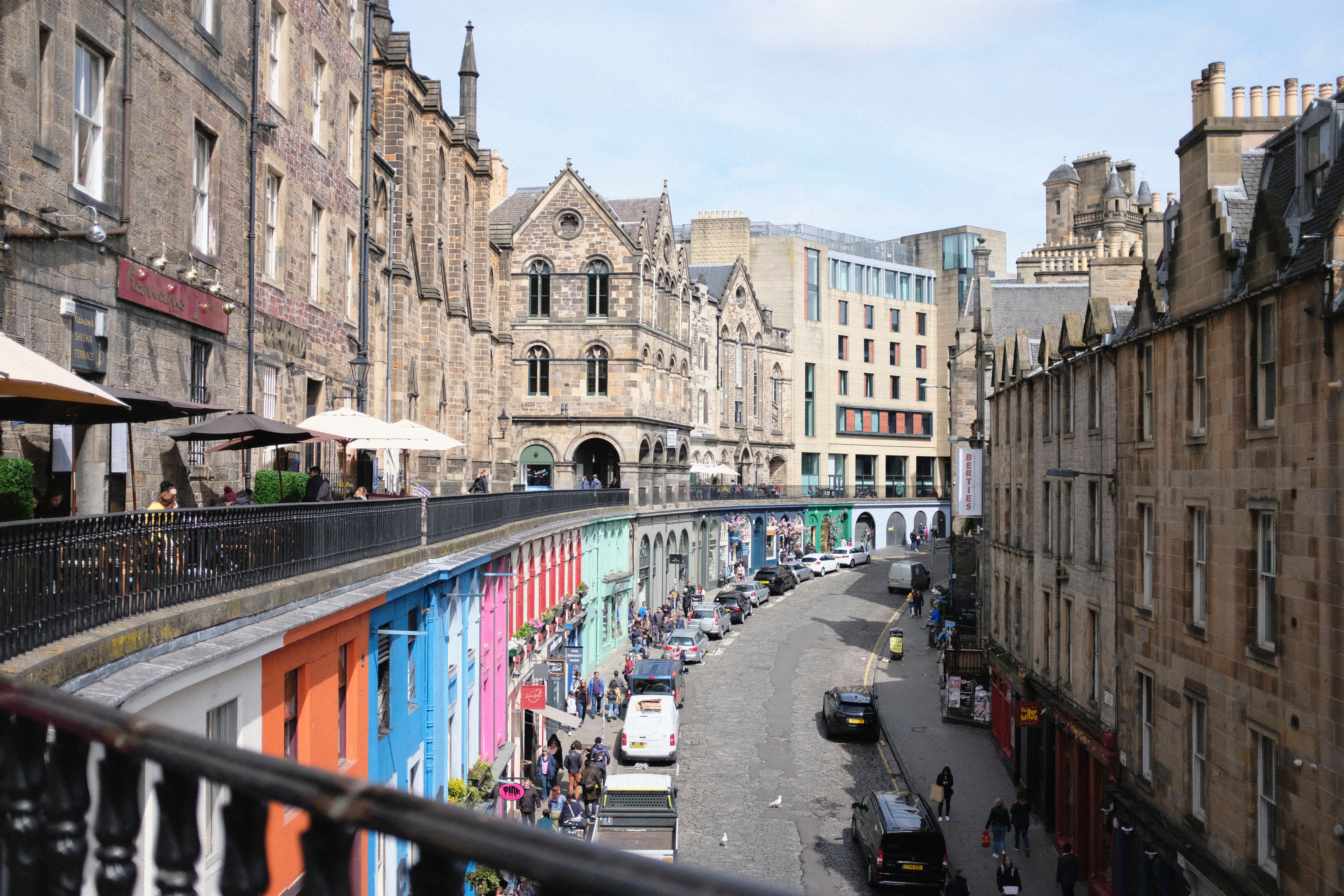 Foto: Colorful Victoria Street In Edinburgh By Madeleine Kohler On Unsplash.