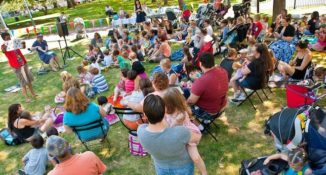 Comunidade reunida em um espaço público pautados no placemaking