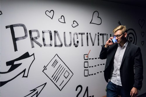 Homem Falando Ao Telefone Com A Frase Produtividade